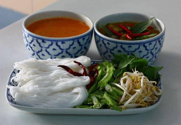 ขนมจีนน้ำยา แกงไก่ ที่ ร้านอาหาร ขนมจีนน้ำยาปู เจ๊แจ๊ด
