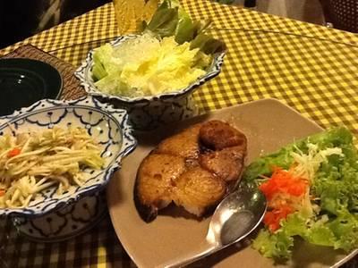 ปลาอินทรีย์ทอดน้าปลา กับมะม่วงยำอาหารรสชาดดี ที่ ร้านอาหาร สบันงา