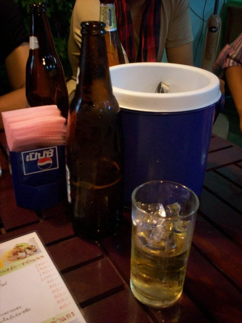 เบียร์ลีโอเย็นๆ ที่ ร้านอาหาร รอหน่อย...อร่อยแน่