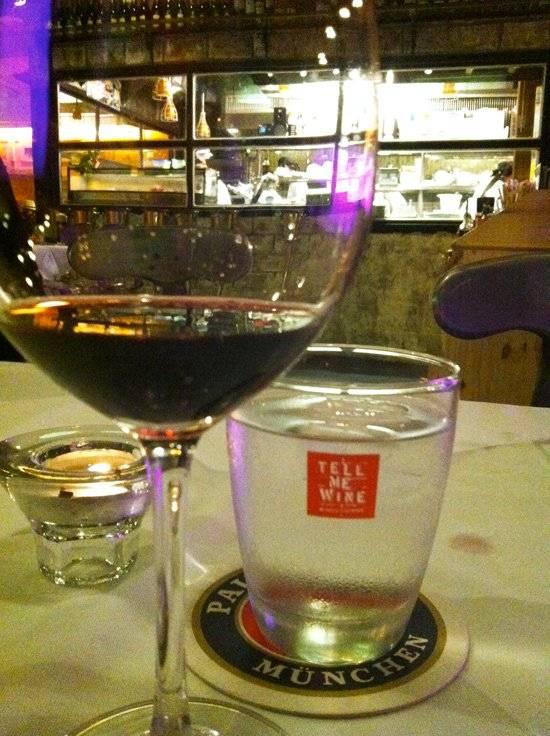 ไวน์แดง ที่ ร้านอาหาร Tell me wine