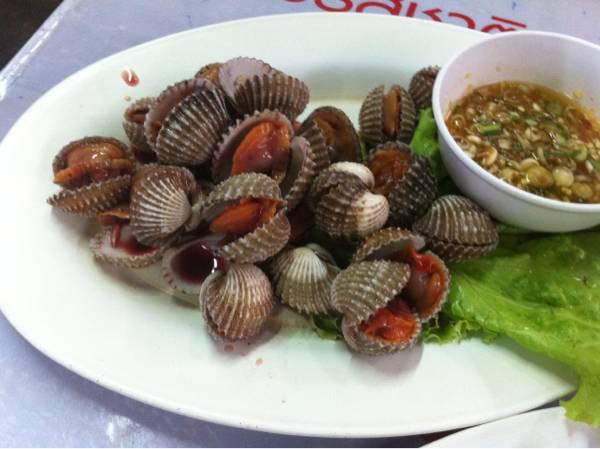 หอยแครงลวก ที่ ร้านอาหาร สม- ยง ตำซั่ว