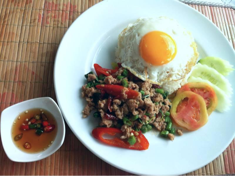 ข้าวผัดกระเพราหมูไข่ดาว ที่ ร้านอาหาร บ้านเรือนไทย สเต็ก&อาหารไทย
