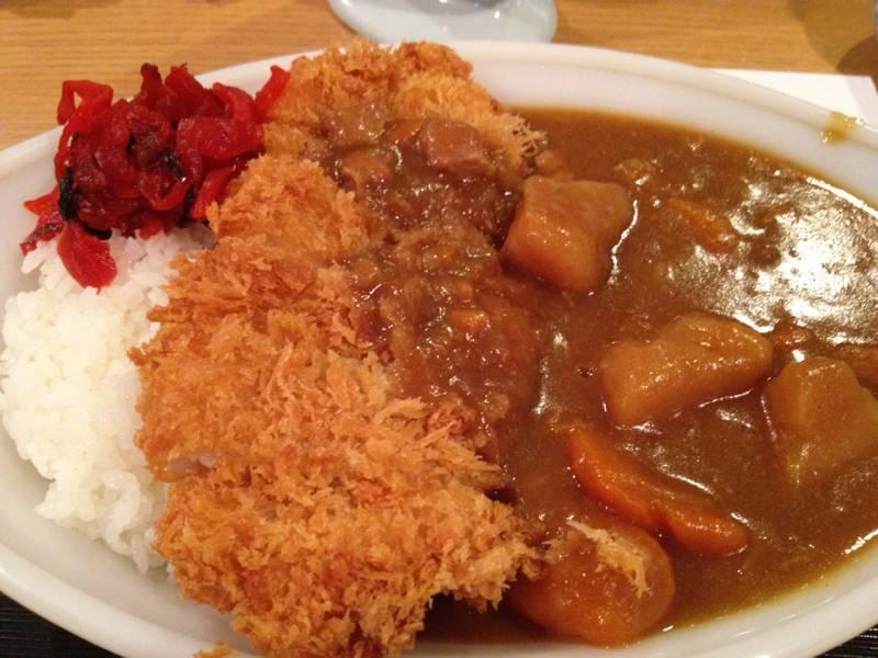 ทอดหมูได้แป้งกรอบนุ่มมากค่ะ มันกับแครอทก็ต้มมานุ่มเคี้ยวง่าย แกงกะหรี่รสชาติดี ที่ ร้านอาหาร Misato
