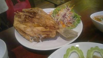 กระพงทอดน้ำปลา เนื้อปลาแน่น เนื้อปลาสดหวานติดลิ้นมาก ๆ ไปอีกต้องสั่งอีกแน่นอน ที่ ร้านอาหาร ชนบท