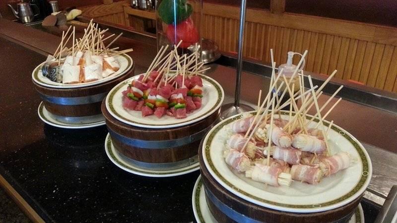 เห็ดเข็มทองพันเบคอน เสียบไม้ย่างหรือทอด ก็อร่อย ที่ ร้านอาหาร Nishiki โรงแรมโกลเด้นทิวลิปซอฟเฟอริน กรุงเทพ