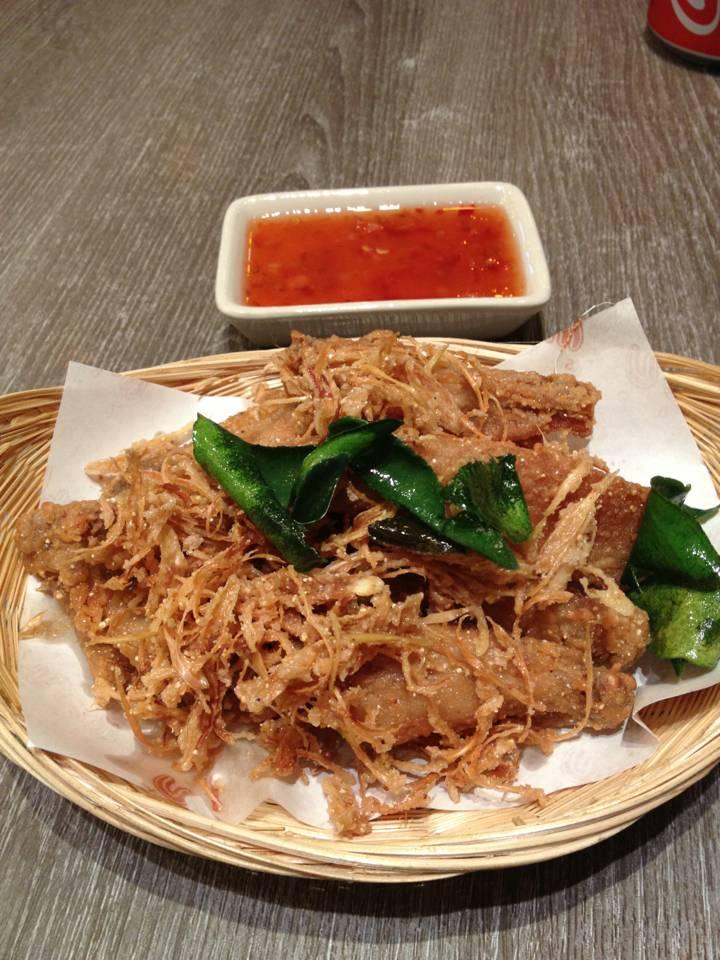 ไก่ทอดสมุนไพร ที่ ร้านอาหาร แสนแซ่บ เทอมินอล 21