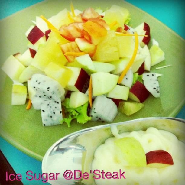 สลัดผลไม้.. ที่ ร้านอาหาร ไอซ์ ชูการ์ เดอร์สเต็ก (Ice Sugar De'Steak)