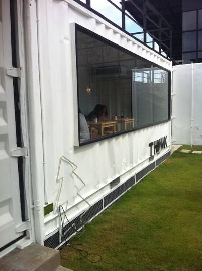 ตู้ที่ทำเป็นที่นั่ง ที่ ร้านอาหาร Think Cafe @ THE BLOC