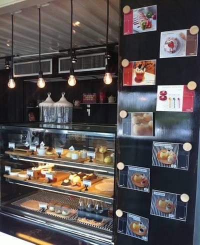 ตู้โชว์ขนมในร้าน ที่ ร้านอาหาร Think Cafe @ THE BLOC