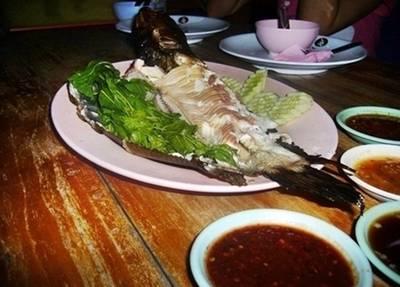 """""""ปลาช่อนเผา"""" ขอบอกว่าสดอร่อยมาก มีน้ำจิ้มมาให้ 4 แบบ ที่ ร้านอาหาร แพรุ่ง"""