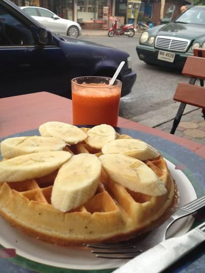 วาฟเฟิลกล้วยหอม น้ำแอปเปิล แครอท คั้นสดๆ ที่ ร้านอาหาร SIX O'CLOCK Breakfast & coffee