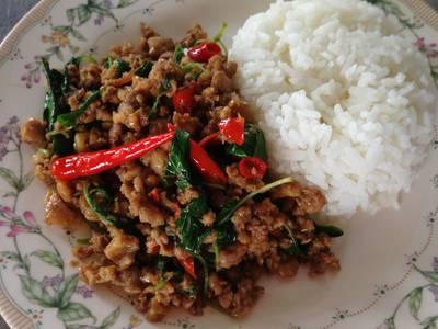 กะเพราไก่ราดข้าว รสจัดไร้ผักอื่นมากวนใจ ที่ ร้านอาหาร ไก่หุบบอนบ้านบึง