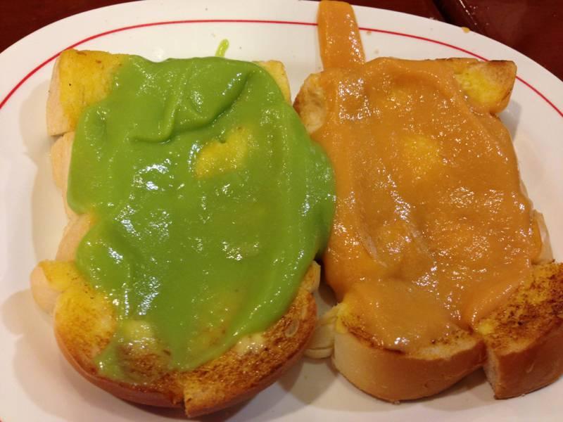 ขนมปัง. หอม หวาน อร่อยยย ที่ ร้านอาหาร มนต์นมสด ถนนดินสอ (หน้าศาลาว่าการ กทม.)