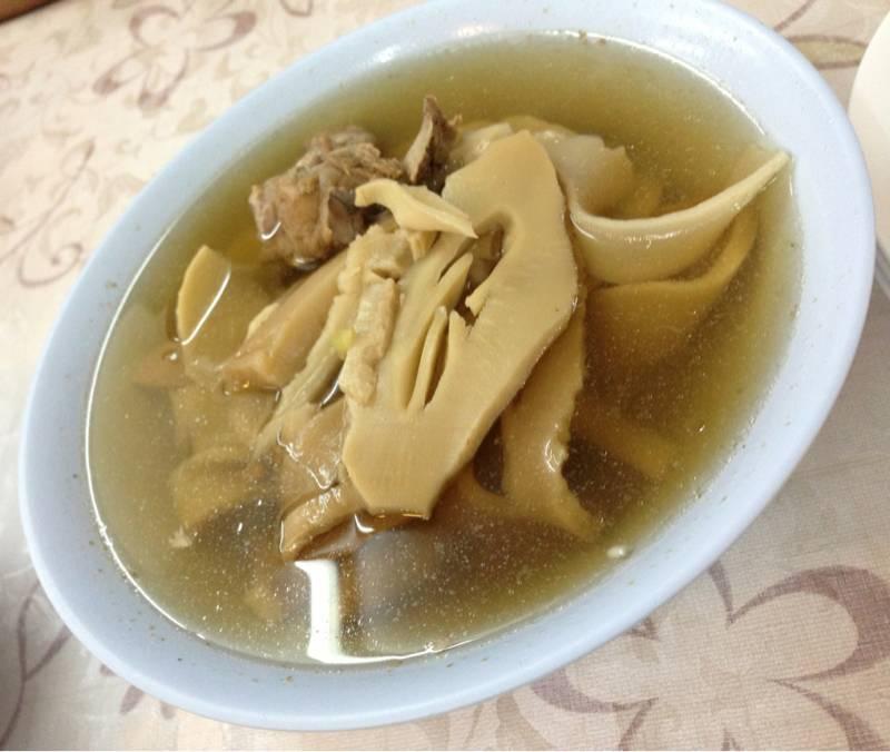 ต้มจืดหน่อไม้จีน กระดูกหมู ที่ ร้านอาหาร ราชาข้าวต้ม ผักบุ้งลอยฟ้า