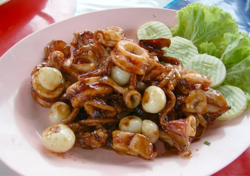 ปลาหมึกผัดกะปิ ที่ ร้านอาหาร ริมน้ำ (แม่กลอง)