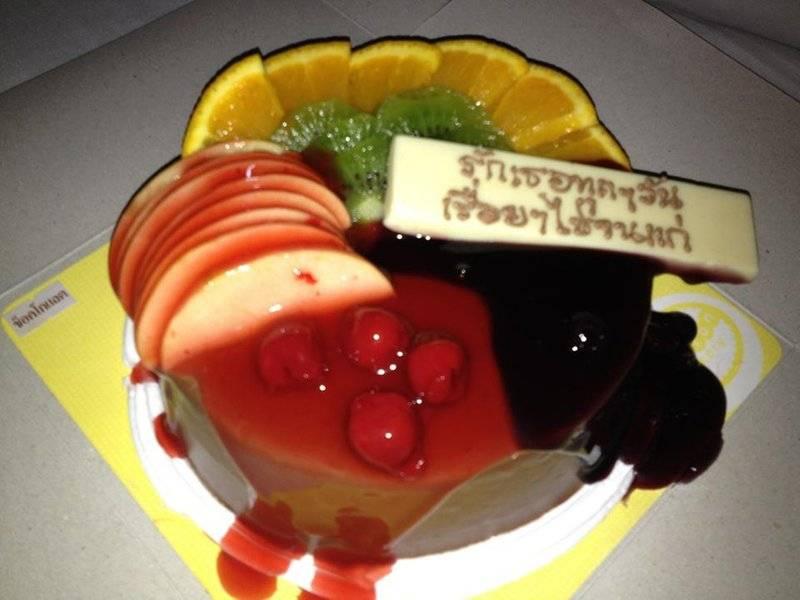 เค้กวันเกิดเพื่อนๆ ตามสั่งเลย เนื้อเค้กบัตเตอร์ ครีมช็อค แต่งหน้าด้วยผลไม้ ที่ ร้านอาหาร สายฝนเบเกอรี่