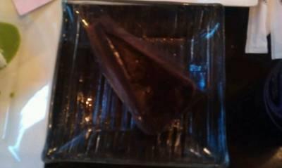 ช็อคโกแลตฟัดจ์เค็ก ราดด้วยกานาชหนึบ ๆเคี้ยวได้เนื้อสัมผัสแตกต่างจากเนื้อเค็กนุ่ม ที่ ร้านอาหาร Sweets Café
