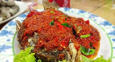 ปลากระพงราดพริก ที่ ร้านอาหาร ป. เป้า-จอยกุ้งเผา ตลาดกุ้งกลาง ณ อยุธยา