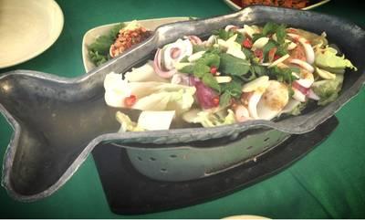 ปลาหมึกนึ่งมะนาว ที่ ร้านอาหาร บ้านอิสระ