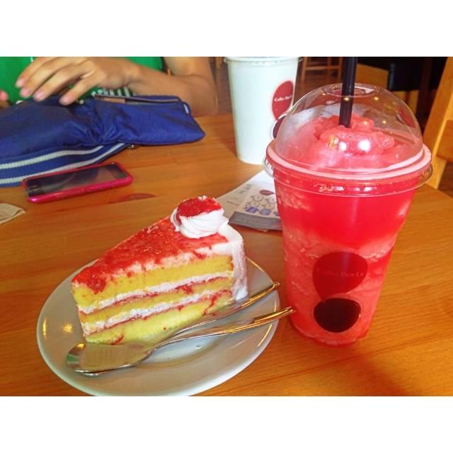 เค้กอร่อย น้ำแตงโมสมูตตี้งั้นๆ 👍 ที่ ร้านอาหาร Coffee Der La  โอโซนวิลเลจ