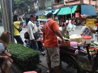 คนยืนรอส้มตำอร่อย ที่ ร้านอาหาร ส้มตำรถเข็น