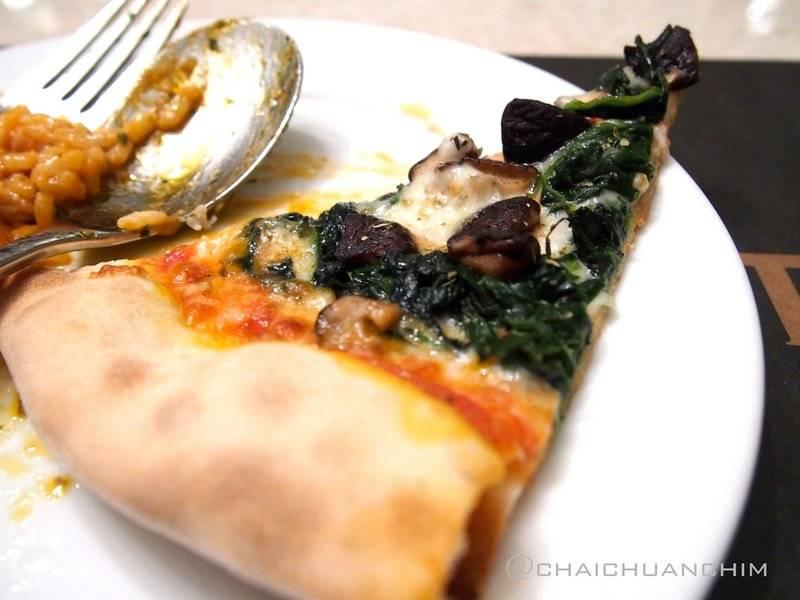 Spinach & Mushroom Pizza ที่ ร้านอาหาร BarItalia by gie gie ซีดีซี