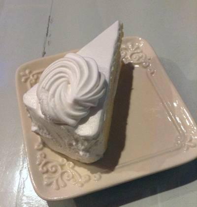 เค้กมะพร้าว ที่ ร้านอาหาร Hippies Cake ชลบุรี