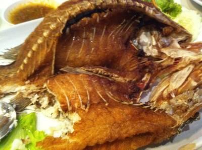 ปลากะพงทอดราดน้ำปลา  ที่ ร้านอาหาร รถเสบียง สุขุมวิทซอย 11