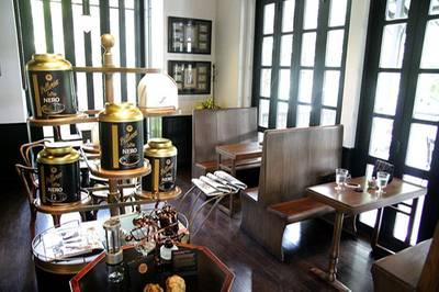 ที่นั่งเป็นเก้าอี้รถไฟ ที่ ร้านอาหาร Cafe Cha โรงแรม เดอะ สยาม