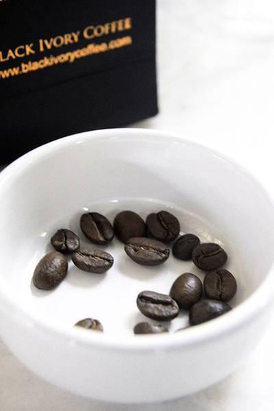 เม็ดกาแฟขี้ช้าง หน้าตาเป็นอย่างนี้ กลิ่นหอมมากก ที่ ร้านอาหาร Cafe Cha โรงแรม เดอะ สยาม