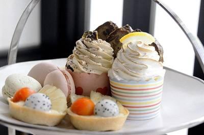 คัพเค้ก มาการอง และฟรุตเค้ก ที่ ร้านอาหาร Cafe Cha โรงแรม เดอะ สยาม