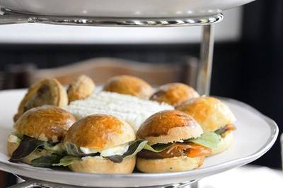 มินิเบอร์เกอร์ ไส้แซลมอนรมควันกับแฮมชีส อร่อยมาก, มิินิแซนวิชไส้ครีมชีสกับแตงกวา ที่ ร้านอาหาร Cafe Cha โรงแรม เดอะ สยาม