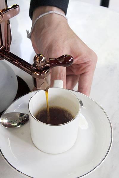 รินกาแฟเสิร์ฟได้ ที่ ร้านอาหาร Cafe Cha โรงแรม เดอะ สยาม