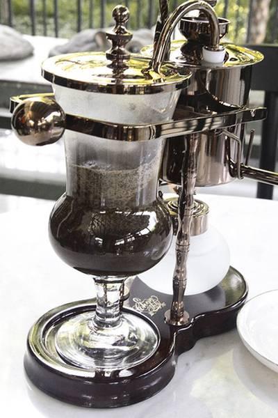 น้ำถูกดูดมาฝั่งโถใส่ผงกาแฟล่ะ ที่ ร้านอาหาร Cafe Cha โรงแรม เดอะ สยาม
