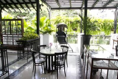 ที่นั่งด้านนอก ที่ ร้านอาหาร Cafe Cha โรงแรม เดอะ สยาม