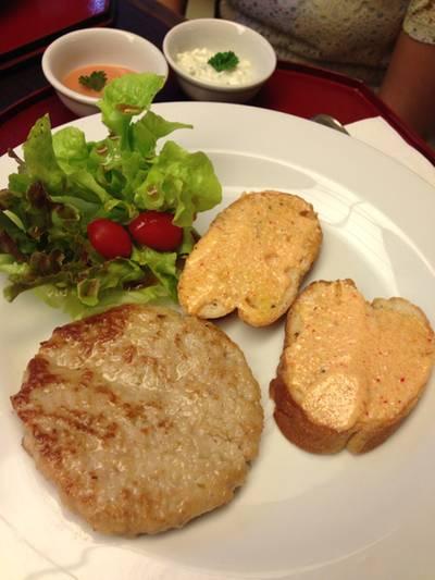 เบอร์เกอร์หมู ขนมปังหน้าไข่ปลา สลัดผัก ที่ ร้านอาหาร Yumemiya อิเซตัน