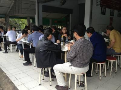 คนนั่งกินเต็มร้าน แม้จะเป็นวันหยุด ที่ ร้านอาหาร โจ๊ก เกาเหลา ต้มเลือดหมู จิง จู ไฉ่