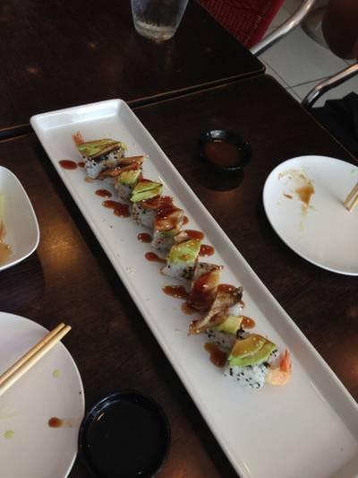 Dragon roll ผสมผสานข้าวปั้น ปลาไหล และอโวคาโด ที่ ร้านอาหาร Sushi House สาขา 1