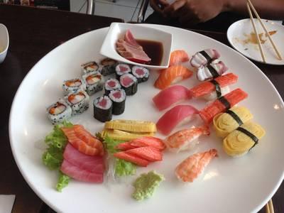 เซ็ตใหญ่สำหรับแก็งหลายคน มาสี่คนก็หมดนะจร้่า ที่ ร้านอาหาร Sushi House สาขา 1