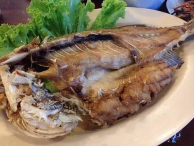 ปลากะพงทอดลาดน้ำปลา ที่ ร้านอาหาร จ่านูญ (จอ.หอ 7/08) ตลาดกลาง อยุธยา