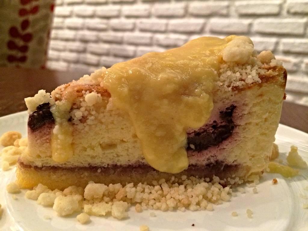 Cheesecake Top w/ Crumble add a Vanilla Sauce ที่ ร้านอาหาร ร่มไม้ ไออุ่น