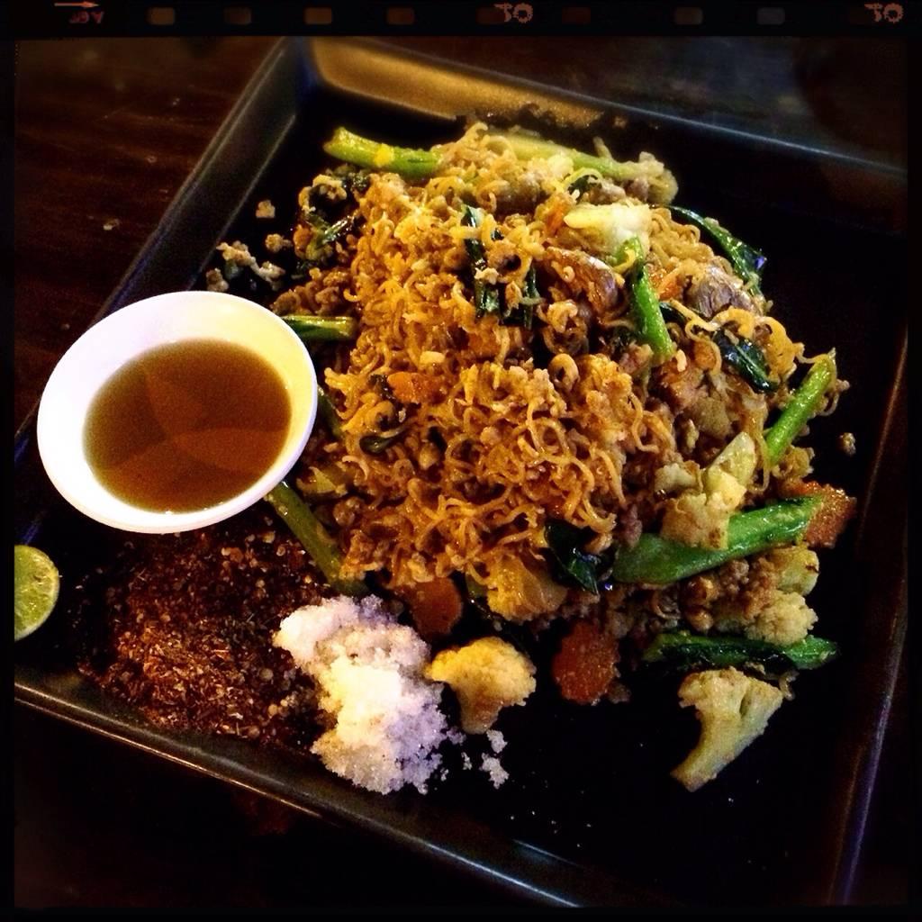 ผัดมาม่า อร่อย!!! ร้าน So Good Bar & Restaurant Lampang
