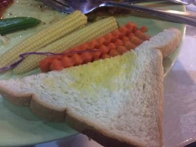 นี่เรียกว่าขนมปังอะไร?  ที่ ร้านอาหาร ชาลี สเต็ก
