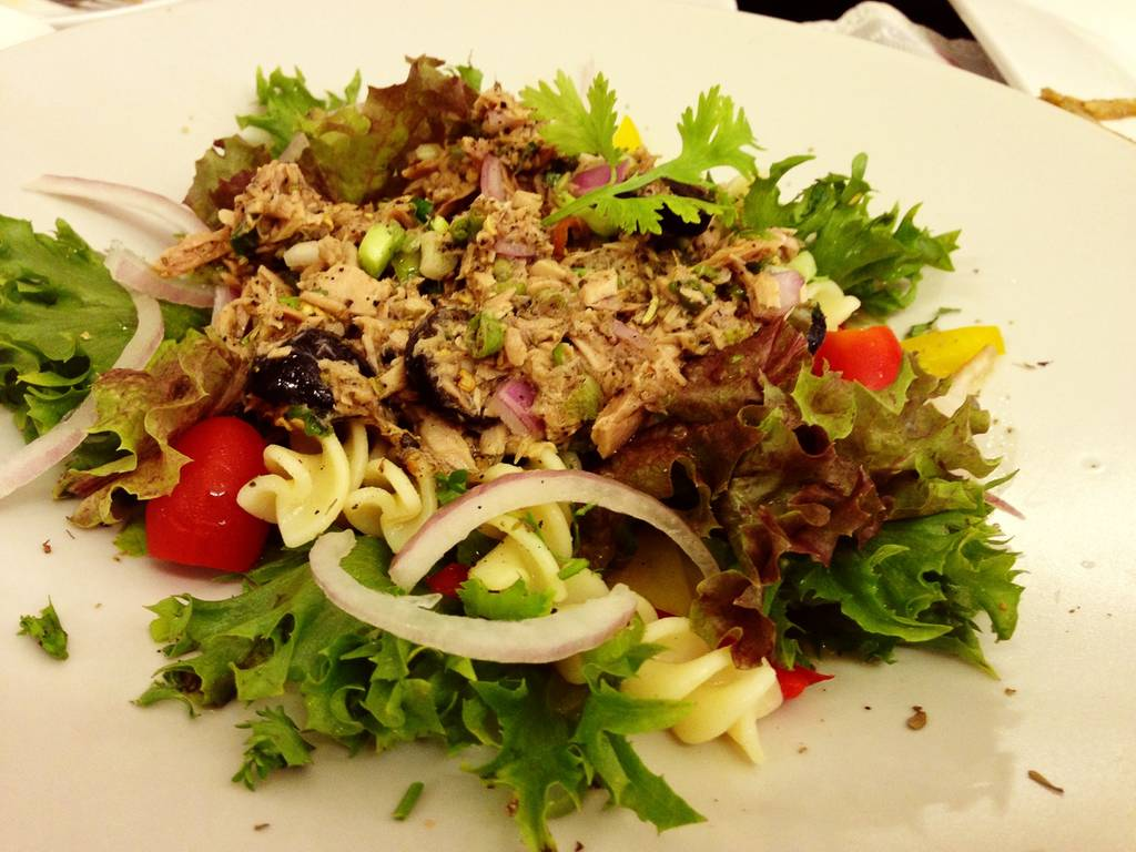 spicy tuna pasta salad ที่ ร้านอาหาร Coffee & Puppy
