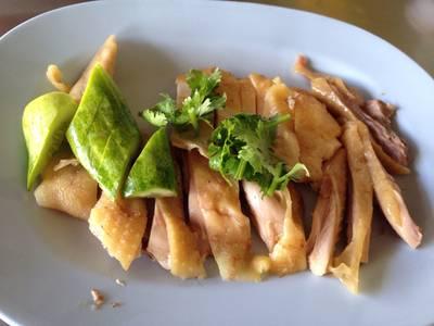 ไก่เหนียวนุ่มมากค่ะ ไม่มันสมเป็นไก่บ้านแท้ๆ ที่ ร้านอาหาร ไก่หุบบอนบ้านบึง
