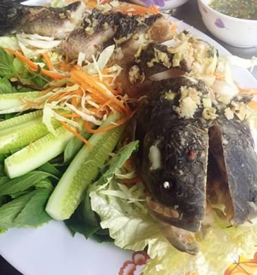 ปลาช่อนนึ่งแจ่วอีสาน ที่ ร้านอาหาร ร้อยแปดเมี่ยงปลา