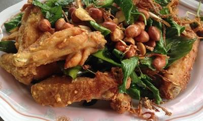 ปีกไก่ทอดสมุนไพร ที่ ร้านอาหาร ร้อยแปดเมี่ยงปลา