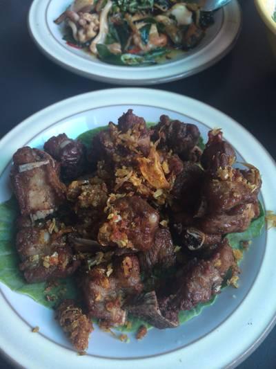 กระดูกหมูทอดกระเทียมพริกไทย ที่ ร้านอาหาร ครัวไทยบางมะกอก