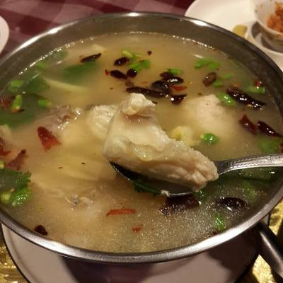 ต้มยำเนื้อปลากระพง ที่ ร้านอาหาร สวนปู