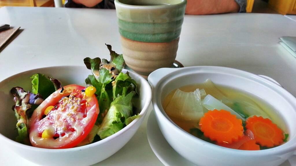 ซุป สลัด และชาบันชา ที่รวมอยู่ในเซต ที่ ร้านอาหาร Be Organic by Lemon Farm เดอะปอร์ติโก้ หลังสวน